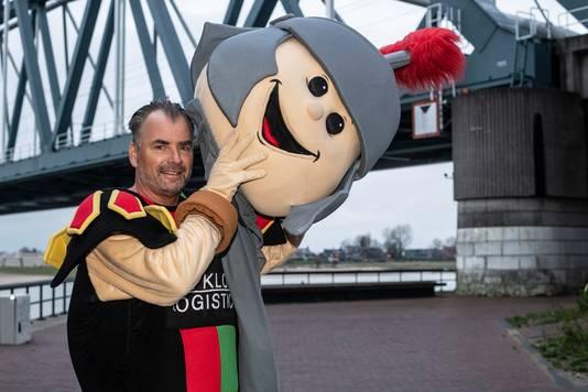 Jean-Paul Broeren, gemeenteraadslid voor Stadspartij DNF en de man in het pak van mascotte Bikkel.