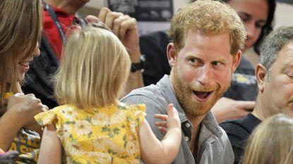 Kleine kapoen steelt prins Harry's popcorn en onze harten. Zijn reactie is heerlijk