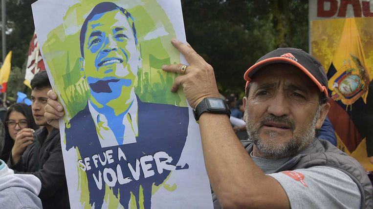 Aanhangers van Rafael Correa betuigen in Quito hun steun de Ecuadoraanse ex-president, die wordt verdacht van betrokkenheid bij de ontvoering van een politieke tegenstander. Beeld AFP