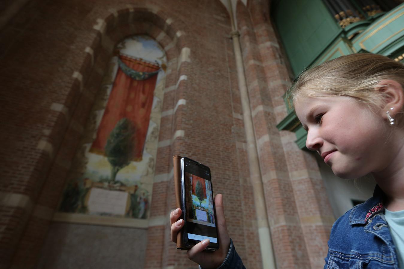 Indy (11) uit Hoofddorp test tijdens een dagje Deventer de gloednieuwe Lebuinus-app. Met een kindervariant met speurtocht door de monumentale kerk.