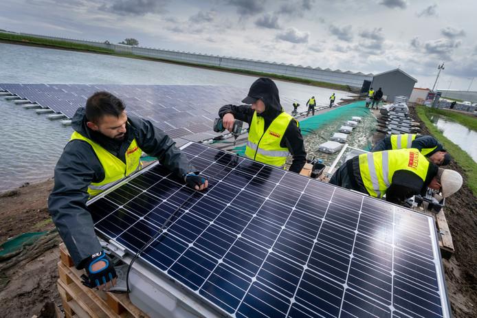 Werkzaamheden rond het drijvende zonnepark in Bergerden