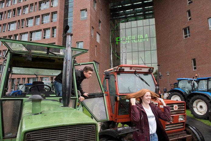 Veelal jonge boeren op trekkers togen afgelopen vrijdag naar het Boerendebat in Wageningen,  georganiseerd door dagblad De Gelderlander