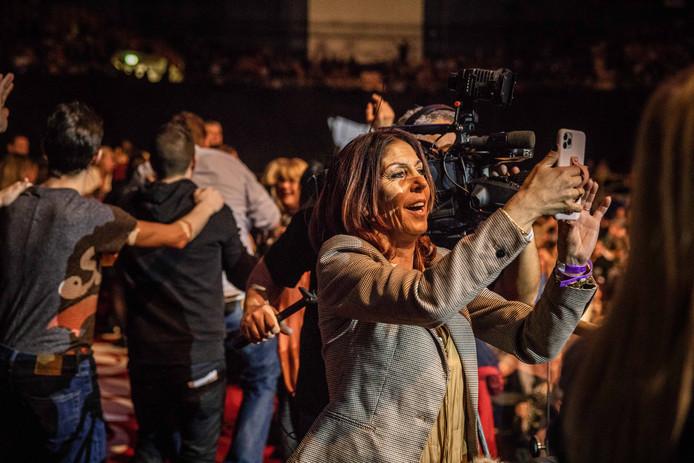 Rachel, de moeder van André Hazes, filmde de hele show met haar telefoon