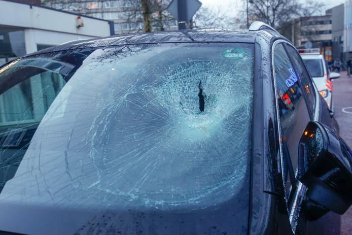 Een fietser klapte tegen de voorruit van een auto aan op de Kruisstraat in Eindhoven.