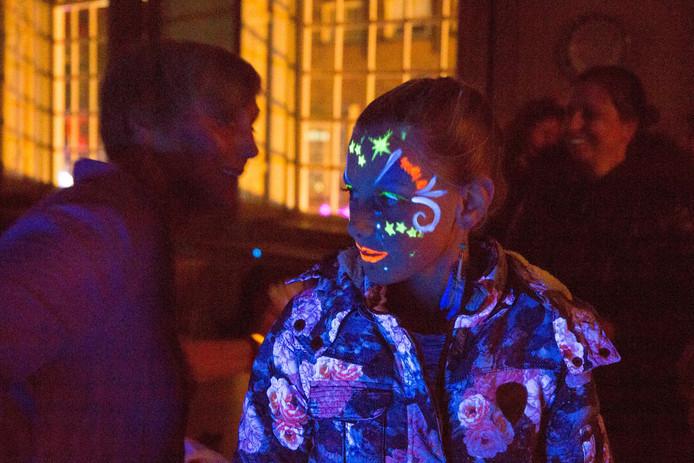 De 8-jarige Jade van Solm uit Goes heeft speciale glow in the dark schmink op haar gezicht. Ook haar jas licht op in het donker.