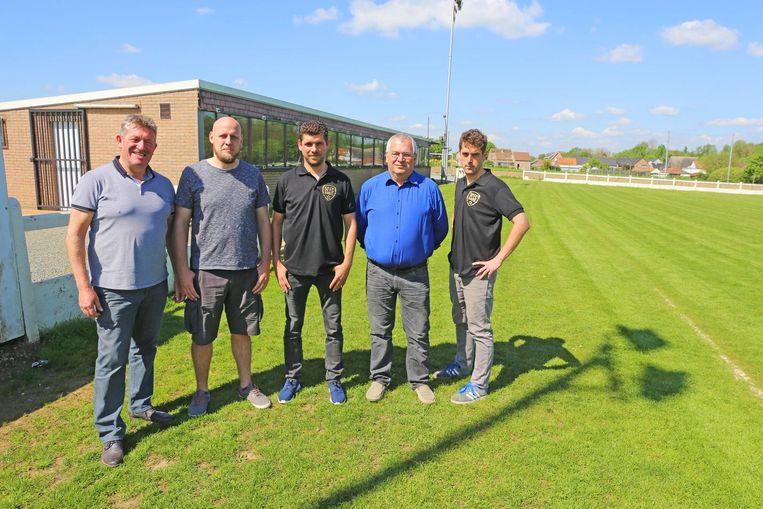 Het bestuur van FC Bareel bij de kantine en kleedkamers die met eigen middelen werden gebouwd.