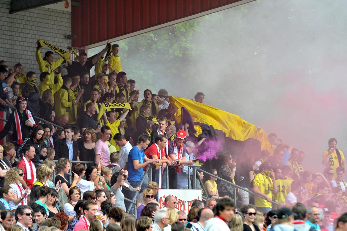 De volle tribune in Vierlingsbeek, voor de derby tussen Volharding en SSS'18.