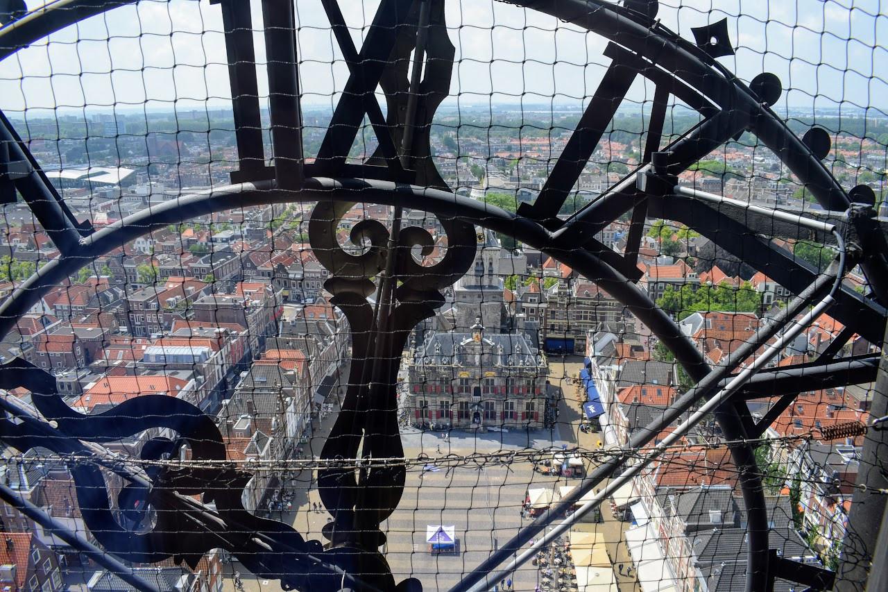 Het stadhuis bekeken vanuit het carillon van de Nieuwe Kerk.