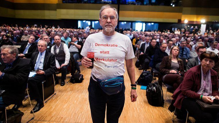 """""""Democratie in plaats van Merkelatuur"""", staat op het shirt van deze Alternative fur Deutschland-aanhanger. Nochtans blijkt net in deze partij het geloof in de democratie zwak te staan."""