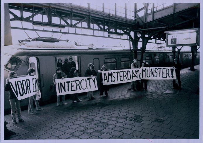 Ruim dertig studenten en docenten van de afdeling maatschappelijk werk van de Sociale Akademie Twente demonstreren in 1980 voor een Intercity tussen Amsterdam en Münster.