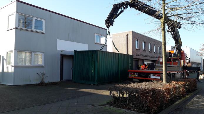 De container waarover de Etten-Leurse ondernemer Joram Vermeulen een conflict heeft met de gemeente. Het gevaarte werd vrijdagochtend verplaatst, maar een tweede is in aantocht.