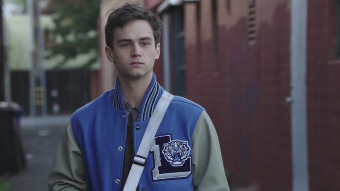 Justin Foley dans la série.