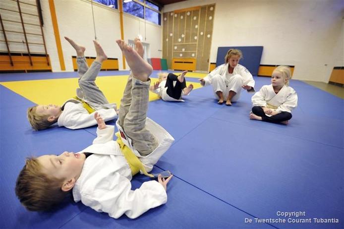 Valtraining bij Judoschool Haagsma. Trainer Marjolein Besnyö geeft het voorbeeld, de kinderen volgen.