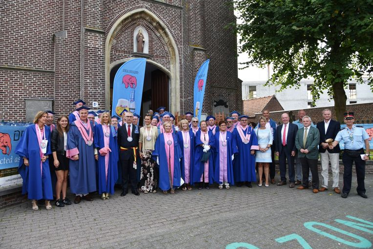 De Confrerie van de Roze Olifant voor de kerk van Gontrode.