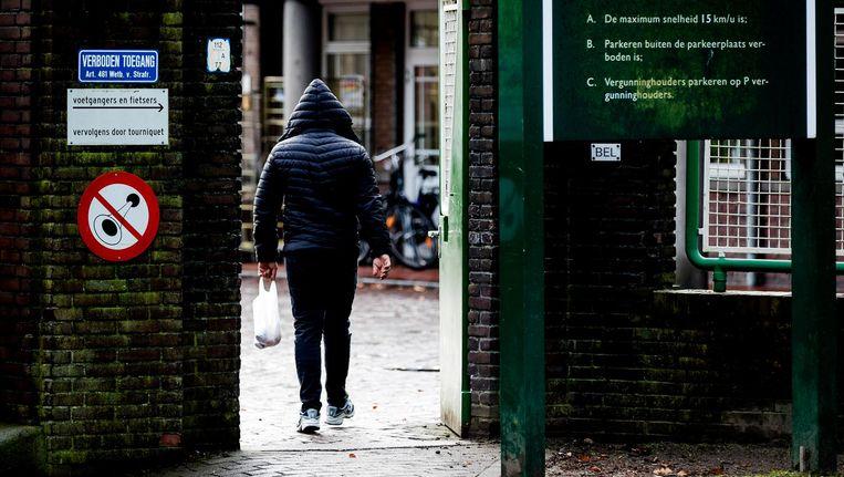 Asielzoeker gaat de poort van het azc in Weert binnen Beeld Robin van Lonkhuijsen, ANP