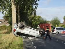 Auto belandt op zijn kop door ongeluk, bestuurster lichtgewond