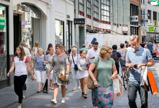 Winkelend publiek in de Akkerstraat in Breda met op de achtergrond de Zara en de Hudson's Bay. Foto: Joyce van Belkom/Pix4Profs