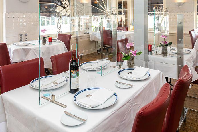 In het tafelscherm zit een opening voor wijnfles en amuseplankje