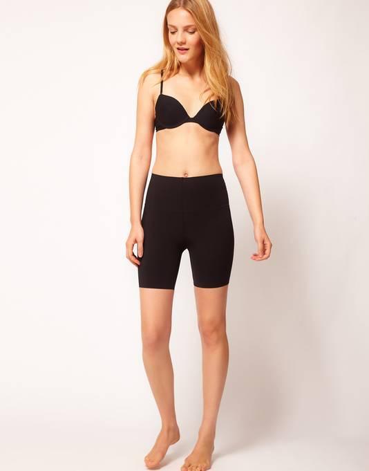 Onder een jumpsuit draag je best een figuurcorrigerend broekje