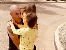 Emotioneel weerzien Robbie Williams en kinderen na drie weken quarantaine: 'Papa!'