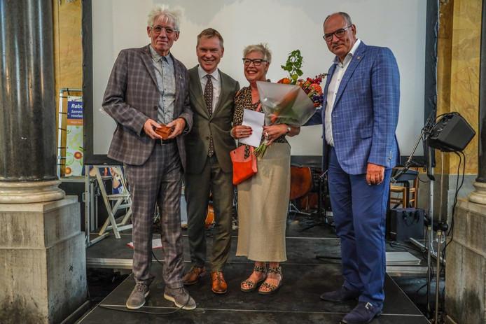 Hans de Wit (links) kreeg uit handen van de burgemeesters Peter Rehwinkel (2e l.) van Zaltbommel en Henny van Kooten (r) van Maasdriel het eerste 'Bommelerwaards compliment'.
