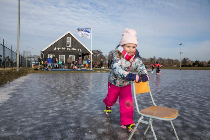 Na de verhuizing is de ijsbaan in Elburg gisteren voor het eerst geopend. Noé uit Elburg test het op de dubbele ijzers uit.