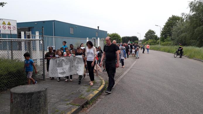 Ruim honderd mensen liepen mee in het lawaaiprotest.