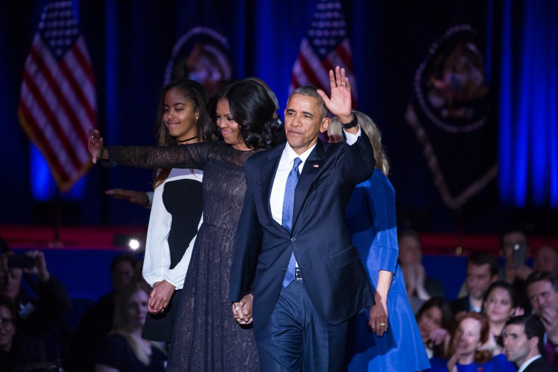 Vanaf links: Malia, Michelle en Barack Obama zwaaien vaarwel. Beeld Getty