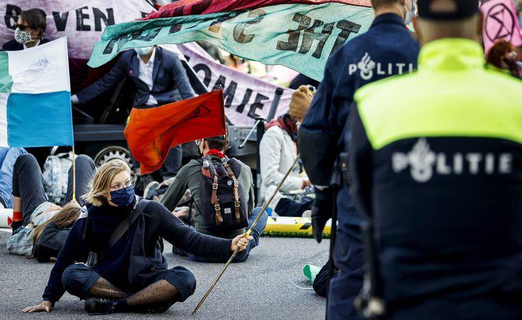 Ook vorige week blokkeerden actievoeders van Extinction Rebellion een kruispunt bij de Amsterdamse Zuidas.  Beeld EPA