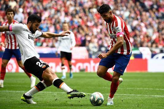 Diego Vosta aan de bal namens Atlético.