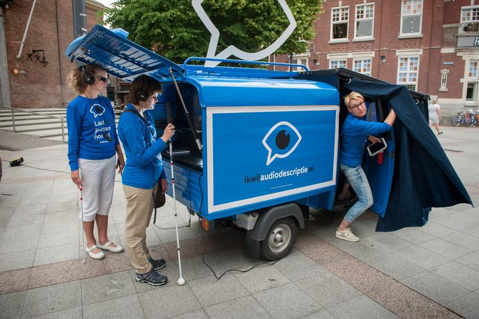 Blinden en slechtzienden 'kijken' een film met zogenoemde audiodescriptie in de kleinste bioscoop van Nederland op het Kerkplein.