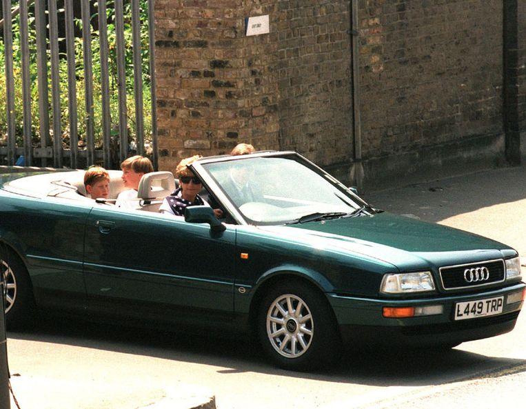 Prinses Diana in haar Audi Cabriolet samen met haar twee zonen William en Harry, die achterin zitten.