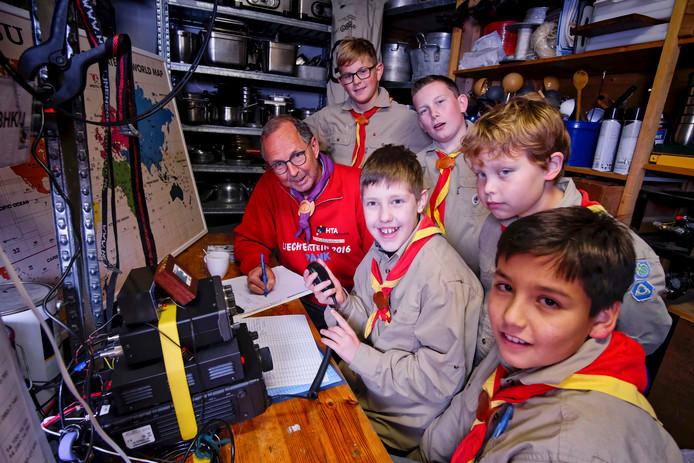 Leden van Scoutinggroep John McCormick communiceren met mensen over de hele wereld.