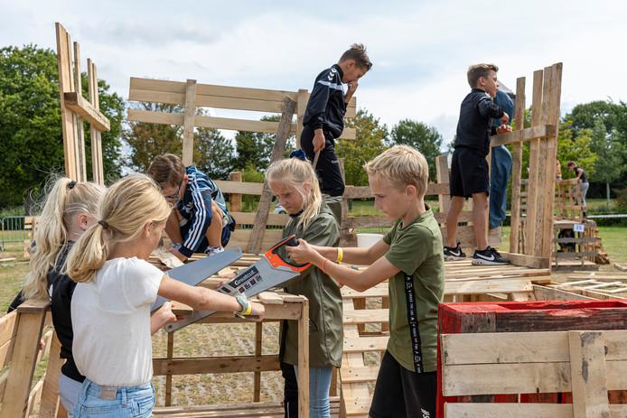Team La Ruïne op het Hatfieldpark in Zierikzee druk aan het werk aan hun hut met verdiepingen
