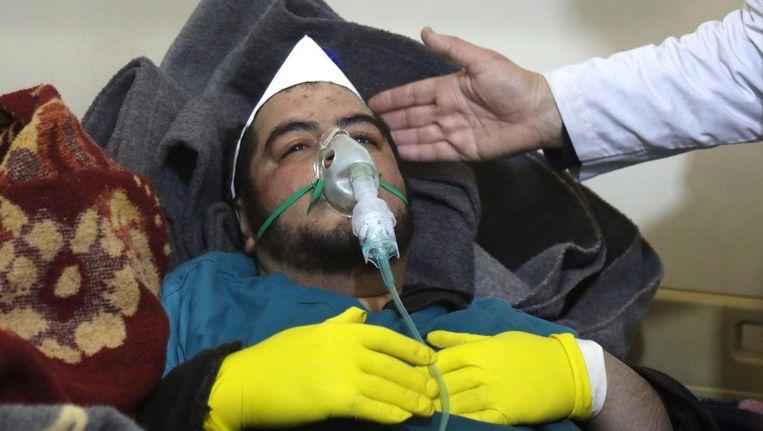 Een slachtoffer van de aanval op Khan Sheikhoun wordt behandeld in een ziekenhuis in het dorp Maaret al-Noman. Beeld afp