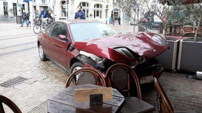 Spookwagen ramt terras van café De Turk in Gent