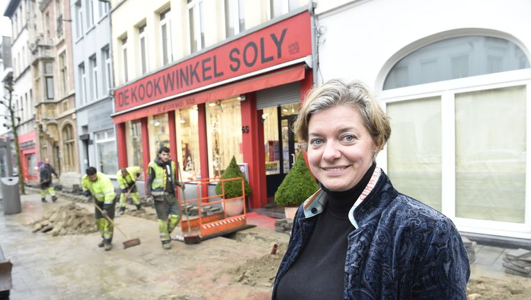 Archieffoto: werken voor de deur van de Antwerpse kookwinkel Soly. De zaak sluit na 158 jaar de deuren.