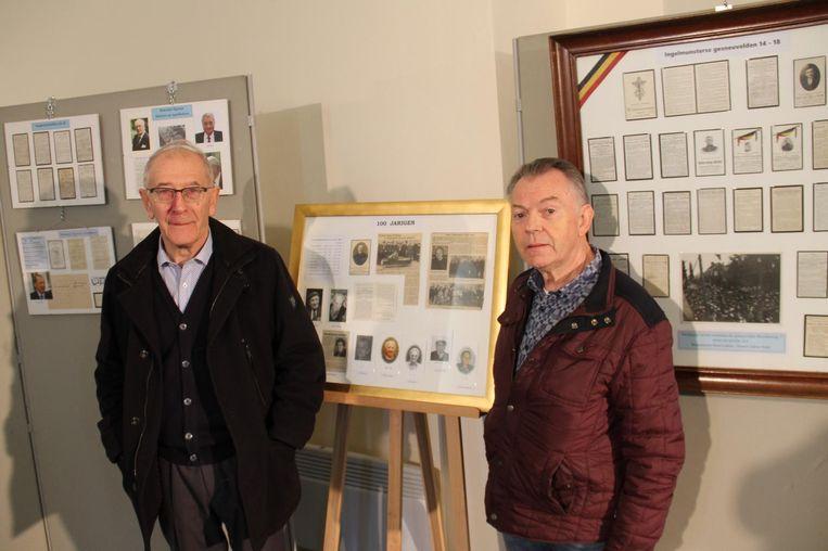 """Voorzitter Albert Verscheure en Eddy Mullebrouck aan de bidprentjescollectie in de Gravenkapel. """"Alle waardevolle items gaan naar de bibliotheek"""", vertellen ze."""
