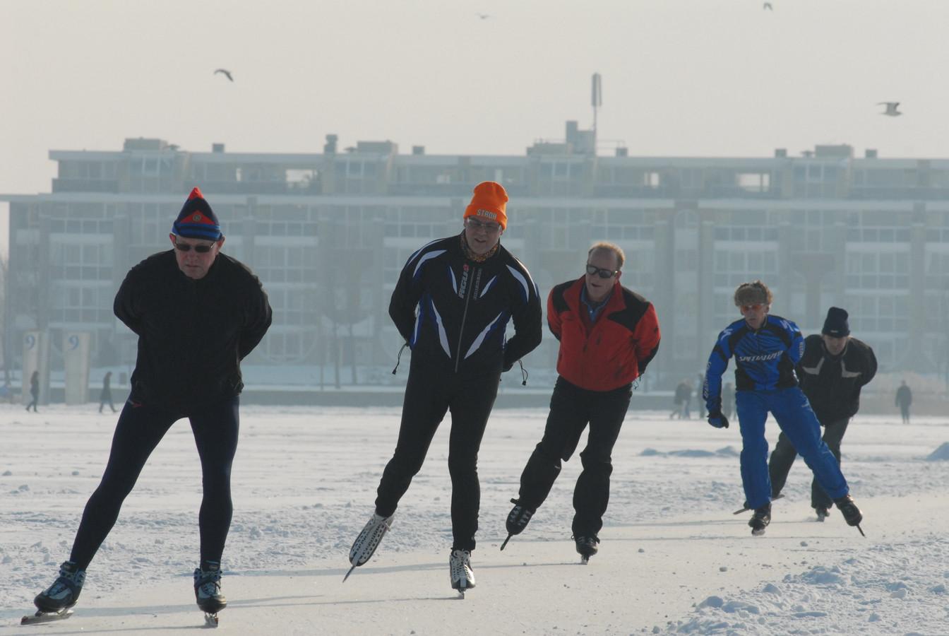 Een schaatstoertocht op de Binnenschelde. De Stichting IJsvermaak ziet het er niet meer van komen en stopt.
