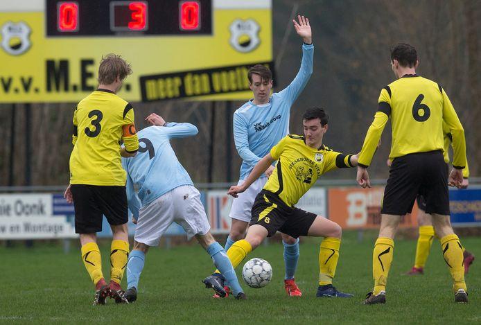Vierdeklasser Terborg (blauwe shirts) speelde op 8 maart in Miste tegen MEC de laatste wedstrijd in haar bestaan in het zondagvoetbal.