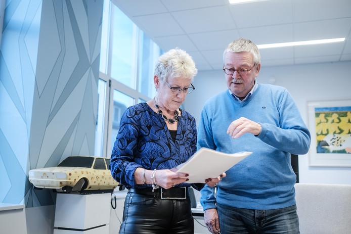 Wethouder Anita van Loon en Tom Zwollo van initiatiefgroe BAT met de petitie voor de naam  Turmac. Foto : Jan Ruland van den Brink
