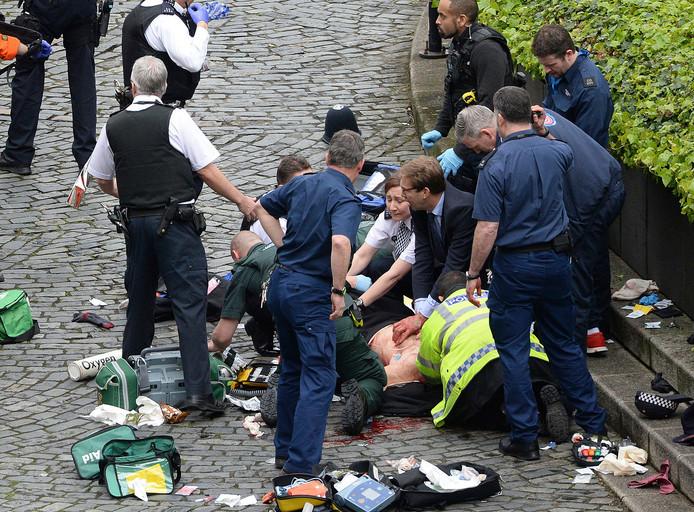 Tobias Ellwood reanimeert tevergeefs een neergestoken politieagent.