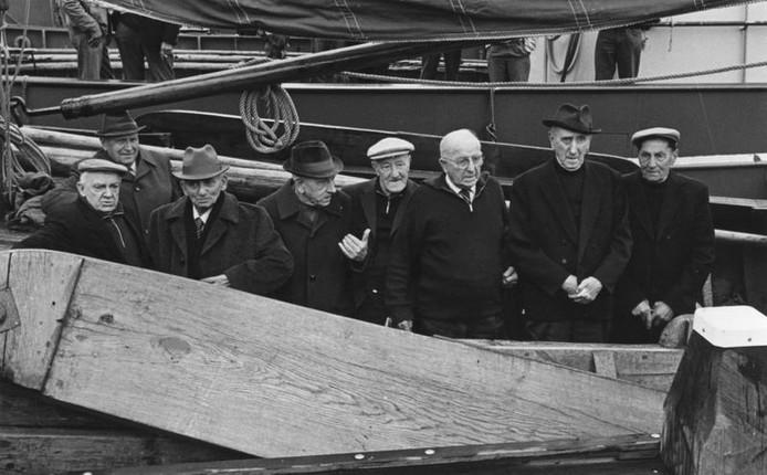 Oudvissers tijdens een boottocht. Helemaal rechts staan Jan Jansen (Jan Piek) en Bart Jansen (Bart Koek); beiden worden vernoemd in de straten in het Waterfront. Vlnr staan verder  Cees Boehmer, Albert Janzen (Albert de Poes), Andries Jansen (Andries Nekje), Hendrik de Haas (Dux), Goosen Riphagen (Goosen 3) en Kees Petersen (Mooi weertje). De foto werd gemaakt in 1981.