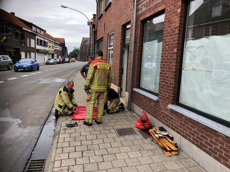 De brandweer haalde de beschadigde houten balken naar buiten.