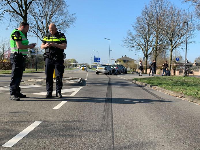 Op de Empelseweg in Rosmalen staan lange remsporen.