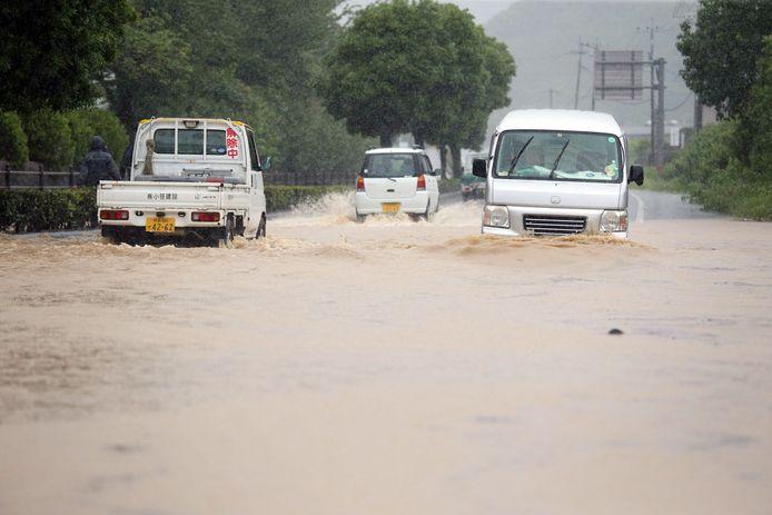 Auto's banen zich een weg door ondergelopen straten in Yatsushiro in de provincie Kumamoto, in het zuidwesten van Japan.