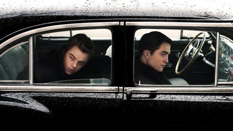 James Dean (Dane DeHaan) en Dennis Stock (Robert Pattinson) in de auto. Beeld Caitlin Cronenberg