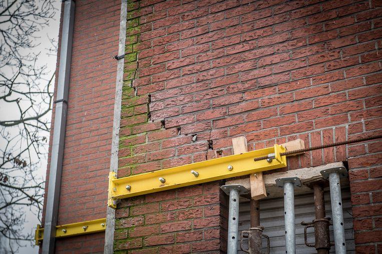 De pastorie in Sint-Eloois-Winkel zakt in. Enkele muren worden gestut.