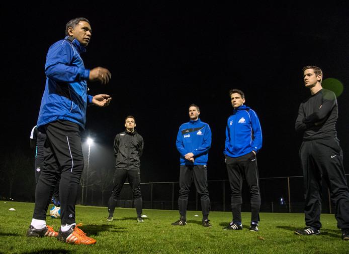 HMVV-trainer Angelo Timisela Spreekt zijn elftal toe