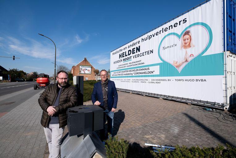 Johan Ceuleers en Herbert De la Ruelle hangen een gigantisch doek tegenover AZ Sint-Maarten om de helden van de zorg te bedanken